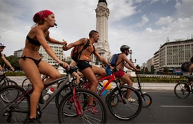 A World Naked Bike Ride reuniu cerca de 200 participantes